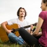 tocar guitarra - casal romântico — Foto Stock