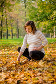 Humor otoño - mujer embarazada al aire libre — Foto de Stock