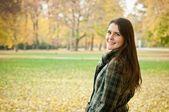 Buiten herfst portret van jonge vrouw — Stockfoto