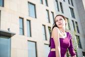 Femme en ville - portrait — Photo