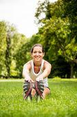 Stretching oefening - sport vrouw buiten — Stockfoto