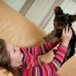 köpekle oynayan çocuk portresi — Stok fotoğraf #40067965