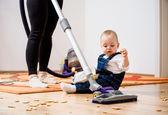 Nettoyage maison - mère et enfant — Photo