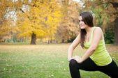 Mujer realiza estiramientos antes de correr — Foto de Stock
