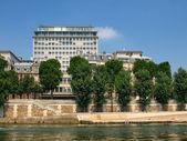 Vista de la ciudad de parís como se ve desde el río sena — Foto de Stock