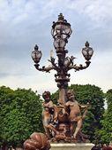 Latarni wzdłuż pont alexandre iii w paryżu — Zdjęcie stockowe