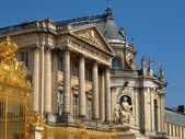 The Palace of Versailles - golden gate de Versailles in France — Stock Photo