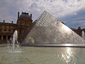 пирамида лувр музей вход. париж. франция — Стоковое фото