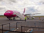 Service of Wizzair airplane in the airport Beauvais — Stock Photo