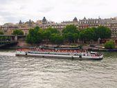 život v paříži city - lodě v řece seině — Stock fotografie