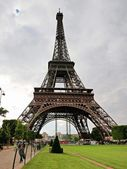 Eiffel tower it's one of most important towers of the world — Stock Photo