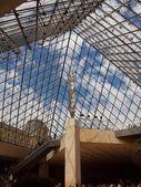 Wejście do muzeum luwr famuos — Zdjęcie stockowe