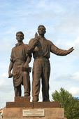 Sculpture of workers on the green bridge. Vilnius. Lithuania.  — Стоковое фото