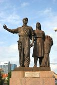 Worker and farm woman statues in Vilnius, Lithuania  — Stock Photo
