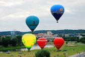 Hot air balloons in the Vilnius city center — Stock Photo