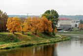 Neris river in Vilnius, Lithuania, with autumn forest — Stock Photo