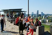 Tourists on the Gediminas castle hill in Vilnius city — Stock Photo