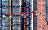 Crane on the background of modernity, contrasts horizontality and verticality — Stock Photo