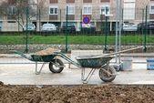 小车中的使用,等待在一个城市中的建筑地盘 — 图库照片