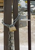Closed construction site, chain and padlock — Stock Photo