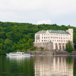 Pleasure boat in front of Orlik Castle, Czech Republic — Stock Photo