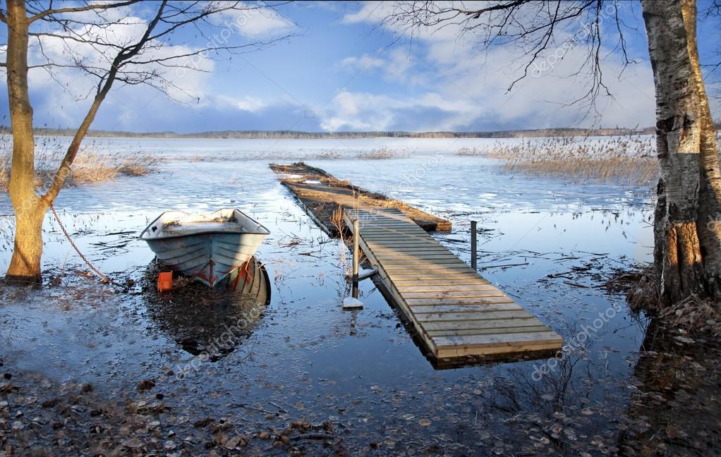 лодки весной на озерах