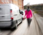 Mujer borrosa en acera — Foto de Stock