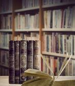 本棚に書籍ビンテージ — ストック写真