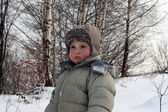 Um garotinho na neve — Foto Stock