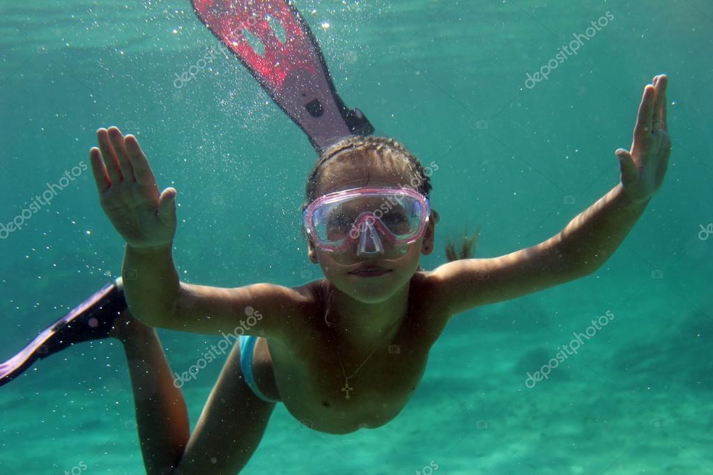 Секс двух голых худеньких девушек под водой в бассейне  394650