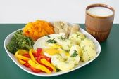 Sázené vejce, zeleninová a kyselé mléko jako vegetariánské jídlo večeře — Stock fotografie
