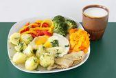 äggröra med grönsaker och syrlig mjölk för vegetarisk middag eller lunch — Stockfoto