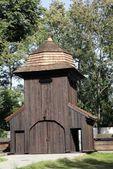 Puerta con campanario de iglesia de madera vieja en mogila cerca de cracovia — Foto de Stock