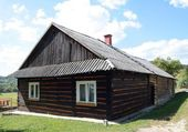 Old cottage in carpathian village near Jaslo — Stock Photo