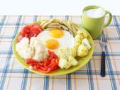 Scrambled eggs with vegetables and joghurt as vegetarian dinner dish — Stock Photo