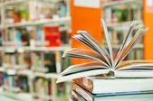 öppnade bok i biblioteket på nära håll — Stockfoto