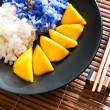 Thai style dessert, glutinous rice eat with mangoes — Stock Photo
