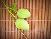 Geen mangue fruits macro sur plancher en bambou — Photo