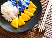 Thai-stil-dessert klebreis mit mangos essen — Stockfoto