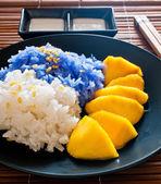 Thai style dessert, glutinous rice eat with mangoes — Stock Photo