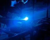 Mänsklig bearbetning av svetsning med en massa gnistor i en metall industr — Stockfoto
