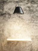 Lamp en houten plank op de betonnen muur van interieur concept — Fotografia Stock