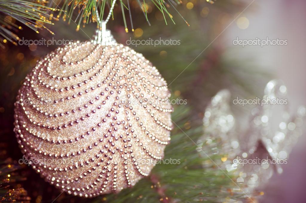 Beautiful christmas decorations hanging on christmas tree for Beautiful christmas decorations