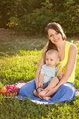Jeune maman avec bébé — Photo