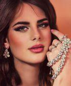 Fashion woman with jewelry precious decorations — Stock Photo
