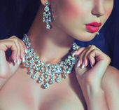 Fashion woman with jewelry precious decorations. — Stock Photo