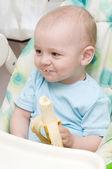 漂亮的小宝贝男孩吃香蕉 — 图库照片