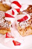 生イチゴとおいしいケーキ — ストック写真