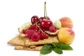 Raw mix berry and tasty cake — Stock Photo