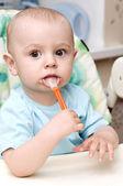 Прекрасный ребенок, мальчик с ложкой — Стоковое фото
